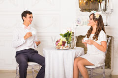 Felicidade e conceito saudável do relacionamento Chá bebendo ou café dos pares atrativos junto em casa Imagens de Stock