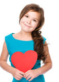 Felicidade - menina de sorriso com coração vermelho Fotos de Stock Royalty Free