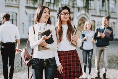 felicidade meninas E estudantes Livros imagem de stock royalty free