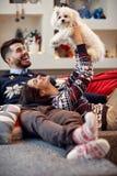 Felicidade na família com o Meltzer bonito para o Natal fotografia de stock royalty free