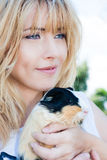 Felicidade simples Animal de estimação loving da mulher Terapia animal Imagem de Stock