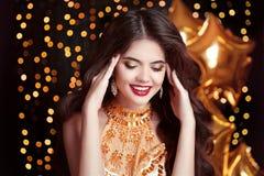 felicità Bello sorridere castana della giovane donna Trucco lungo Fotografie Stock