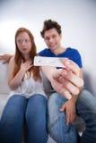 Felicità dal test di gravidanza positivo fotografie stock