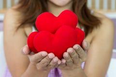 Felicità delle donne del primo piano con i molti forma del cuore nella h Fotografia Stock Libera da Diritti