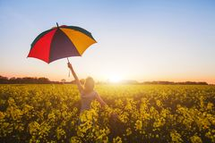 Felicità, donna felice con l'ombrello variopinto immagini stock