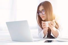 Felicità indipendente della donna di giovani affari asiatici che lavora i Bu online fotografia stock libera da diritti