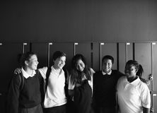 Felicità insieme sorridente degli amici degli studenti Immagini Stock