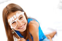 felicità Ragazza che posa con i vetri fotografia stock libera da diritti