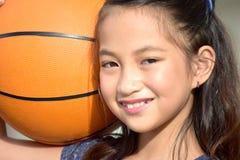Felicità sportiva di Filipina Child Basketball Player And fotografia stock
