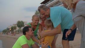 Felicitações da família com uma vitória video estoque