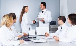 Felicitações de um doutor novo fêmea fotos de stock royalty free