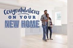 Felicitações em sua casa nova Pares que movem-se dentro imagens de stock royalty free