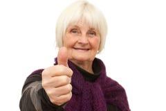 Felicitações - mulher sênior que dá os polegares acima Fotos de Stock