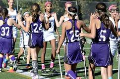 Felicitações na extremidade do jogo da lacrosse das meninas Imagem de Stock