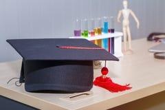 Felicite o graduado à faculdade de medicina e de conceito da ciência imagens de stock royalty free