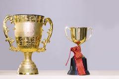 Felicite o graduado Troféu no fundo fotografia de stock