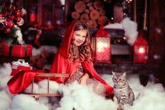 Felik flicka och en katt arkivbild