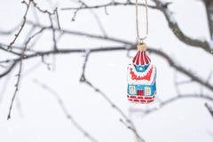 Felik husprydnad för jul på filialträd med vit bakgrund för snö Julferiebakgrund med litet, kopieringsutrymme fotografering för bildbyråer