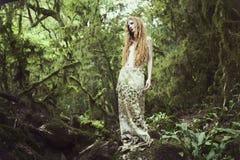 felik kvinna för skogståenderomantiker royaltyfri bild