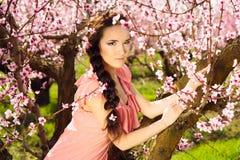 Felik kvinna i blossomy trädgård Arkivbild