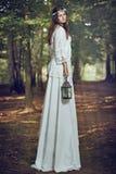 Felik kvinnastående i en skog Royaltyfri Fotografi