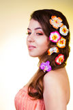 Felik vuxen kvinna med blommor i hår Arkivbild