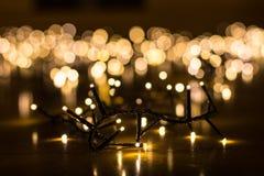 Felika ljus för julgranen med oskarp bakgrund Arkivbilder