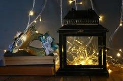 felika ljus inom gammal venetian maskering för lykta och för maskerad Royaltyfri Bild