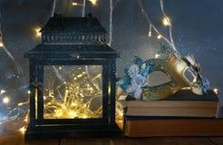 felika ljus inom gammal venetian maskering för lykta och för maskerad Arkivfoto