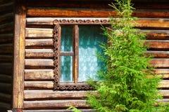 Felikt hus för fönster i trä Arkivfoton