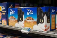 Felix-Pakete die französische Marke des Katzenfutters in Cora-Supermarkt lizenzfreie stockfotos
