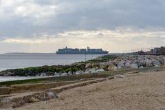 FELIXSTOWE, ROYAUME-UNI - 27 JANVIER 2019 : Navire porte-conteneurs de Thalassa Doxa au titre de bord de mer de Felixstowe vers l images libres de droits