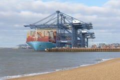 FELIXSTOWE, VEREINIGTES KÖNIGREICH - 27. JANUAR 2019: Maersk-Linie Containerschiff Milan Maersk koppelte an Felixstowe-Hafen im S stockbild
