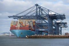 FELIXSTOWE, VEREINIGTES KÖNIGREICH - 27. JANUAR 2019: Maersk-Linie Containerschiff Milan Maersk koppelte an Felixstowe-Hafen im S lizenzfreies stockbild