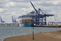 FELIXSTOWE, VEREINIGTES KÖNIGREICH - 11. JULI 2015: Maersk-Linie containe lizenzfreie stockfotografie