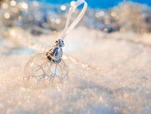 Feliz Año Nuevo Bola de la Navidad en el fondo festivo de la nieve Imágenes de archivo libres de regalías