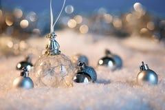 Feliz Año Nuevo Bola de la Navidad en el fondo festivo de la nieve Foto de archivo libre de regalías