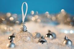 Feliz Año Nuevo Bola de la Navidad en el fondo festivo de la nieve Fotos de archivo