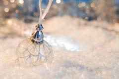 Feliz Año Nuevo Bola de la Navidad en el fondo festivo de la nieve Imagen de archivo