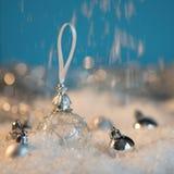 Feliz Año Nuevo Bola de la Navidad en el fondo festivo de la nieve Fotos de archivo libres de regalías