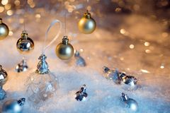 Feliz Año Nuevo Bola de la Navidad en el fondo festivo de la nieve Fotografía de archivo