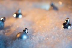 Feliz Año Nuevo Bola de la Navidad en el fondo festivo de la nieve Foto de archivo