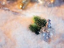 Feliz Año Nuevo Bola de la Navidad en el fondo festivo de la nieve Fotografía de archivo libre de regalías