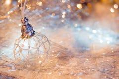 Feliz Año Nuevo Bola de la Navidad en el fondo festivo de la nieve Imagen de archivo libre de regalías