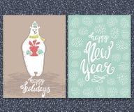 Feliz Año Nuevo, buenas fiestas tarjeta grreting Oso blanco lindo con el regalo Letras dibujadas mano de la Navidad Ilustración d Fotografía de archivo
