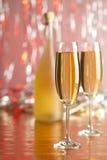 Feliz Año Nuevo - champán en fondo rojo Imagen de archivo