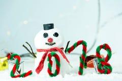 Feliz Año Nuevo 2018 con concepto del muñeco de nieve y de la Navidad Imagenes de archivo