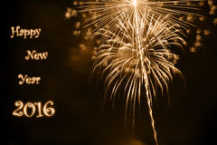 Feliz Año Nuevo 2016 con el fuego artificial de oro Foto de archivo