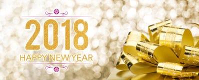 Feliz Año Nuevo 2018 con la caja de regalo de oro con el arco grande en el sparkli Foto de archivo libre de regalías
