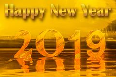 Feliz Año Nuevo 2019 con la escritura del oro en fondo de oro fotos de archivo libres de regalías